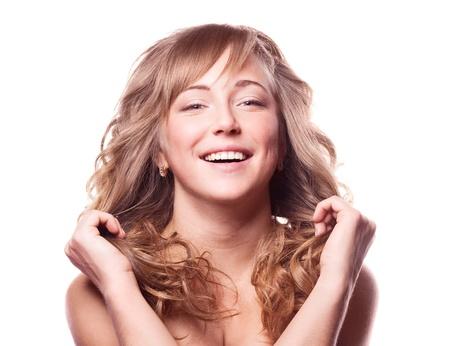pelo castaño claro: mujer joven feliz con el pelo rizado sano, aislado contra el fondo blanco