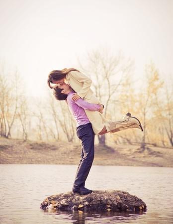 romantico: feliz joven pareja al aire libre en el Parque de oto�o