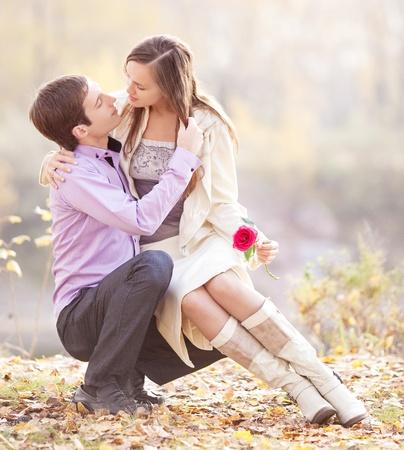 秋の公園で屋外、幸せな若いカップルの肖像画 写真素材