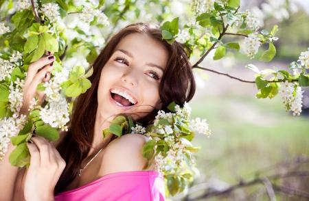 Schöne Brünette Frau lachend im Park an einem warmen Sommertag Standard-Bild - 13857872