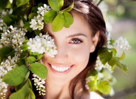 따뜻한 여름 날 공원에서 아름 다운 행복 갈색 머리 여자 스톡 콘텐츠