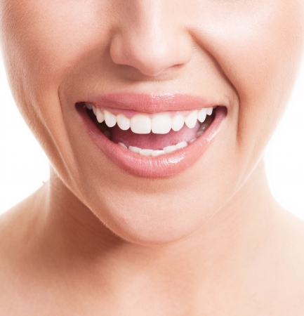 femme bouche ouverte: Gros plan sur le visage d'une jeune femme avec des dents blanches saines, isolé sur fond blanc