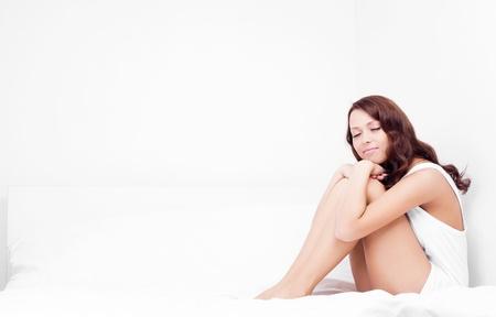white linen: delgada morena mujer joven durmiendo en el lino blanco en la cama en su casa, copyspace para su texto a la izquierda