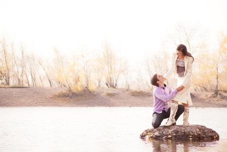 秋の公園で屋外幸せな若いカップル