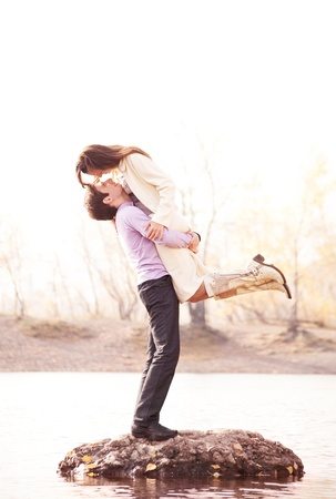 fashionable couple: joven pareja feliz al aire libre en el parque de oto�o