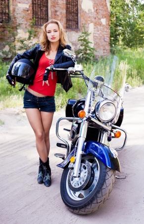 motorrad frau: attraktive Frau Biker mit einem Helm und posiert mit ihrem Motorrad Lizenzfreie Bilder