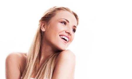 portré egy boldog szép nevetve nő keresi az oldalán, szemben a fehér háttér, copyspace a szöveget jobbra
