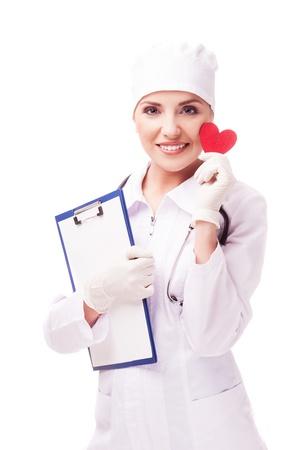 enfermera con cofia: cardiólogo con un corazón rojo en sus manos, aisladas sobre fondo blanco