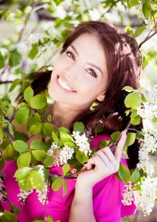 暖かい夏の日に公園内の美しいブルネットの女性