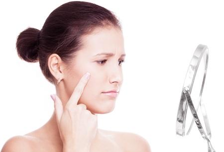 fiatal nő, miután a bőr porblems, belenézett a tükörbe, elszigetelt, fehér, háttér