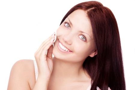 arrugas: joven y bella mujer morena con almohadillas de algodón, aisladas sobre fondo blanco