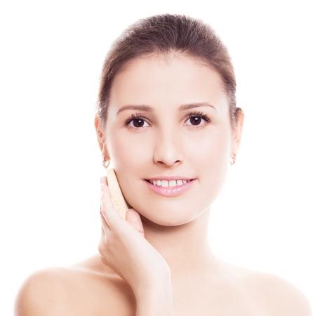 mujer maquillandose: retrato de una mujer feliz hermoso maquillaje aplicando, aislado contra el fondo blanco Foto de archivo