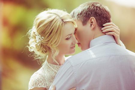 pareja apasionada: feliz pareja de enamorados en el parque de verano (enfoque en la mujer) Foto de archivo
