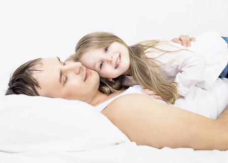 five years old: padre e la sua figlia di cinque anni, a letto a casa Archivio Fotografico