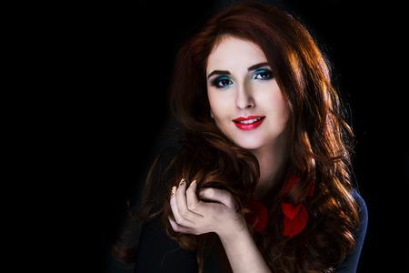 fille sexy: belle jeune mod�le avec des cheveux rouges et maquillage lumineux, tourn� en studio