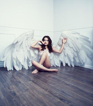 schöne junge Modell mit Engelsflügeln im Studio Standard-Bild
