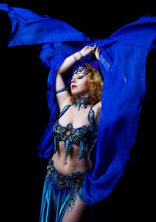 bailarinas arabes: bella bailarina del vientre con el pelo rojo largo y maquillaje �rabe, aislado contra el fondo negro del estudio