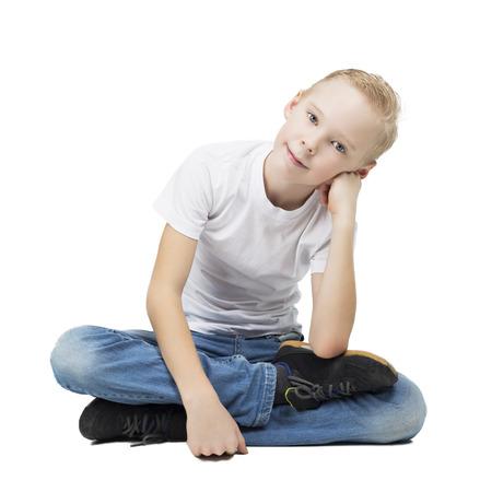 skinny: feliz sonriente niño de nueve años de edad, aislado contra el fondo blanco Foto de archivo