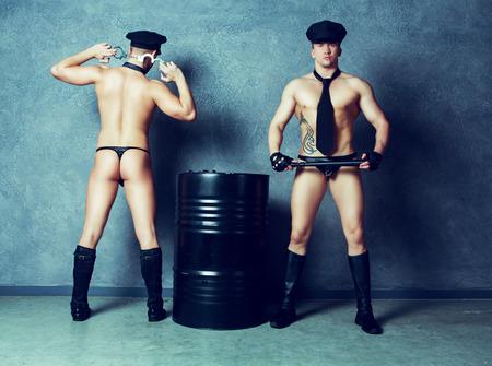 nudo maschile: Danzatori di striptease che indossano costumi di poliziotti in studio