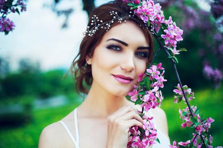 belle femme dans le parc avec la floraison des pommiers
