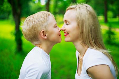 niños riendose: feliz madre y su hijo de nueve años de edad en el parque de verano Foto de archivo