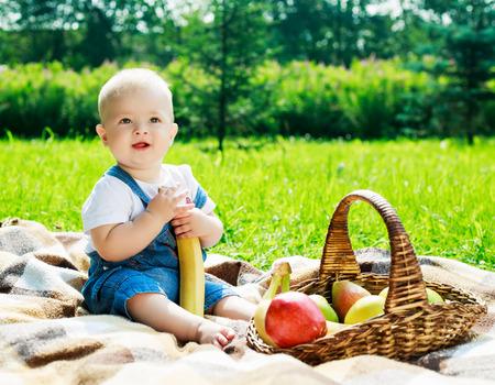 Baby met een picknick in het zomerpark