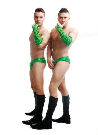 nudo maschile: Danzatori di striptease che indossano costumi e maschere, in studio isolato su sfondo bianco