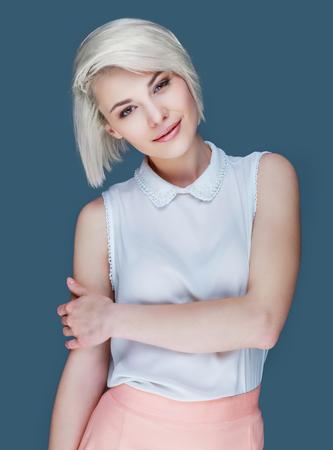 Mooie blonde lachende vrouw, geïsoleerd Stockfoto