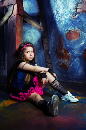 niña hermosa en el estilo de foto de steampunk en el estudio