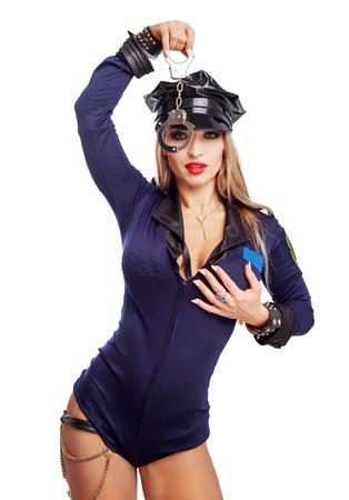 Hermosa bailarina de striptease, vestida como un oficial de policía aislado contra el fondo blanco.