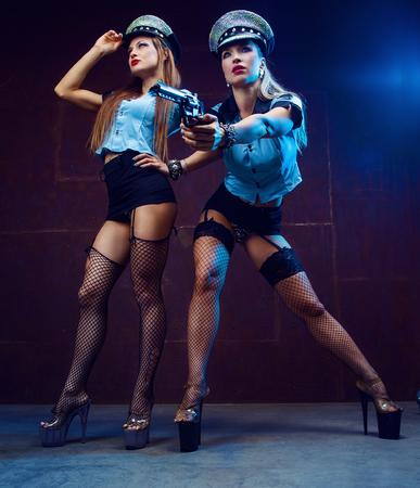 belles danseuses de strip-tease, déguisées en policiers