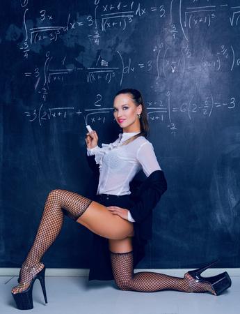 tancerz przebrany za nauczyciela przy tablicy w klasie Zdjęcie Seryjne