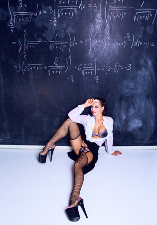 tancerz przebrany za nauczyciela przy tablicy w klasie