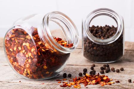 chiles secos: hojuelas de chile y pimienta negro Foto de archivo