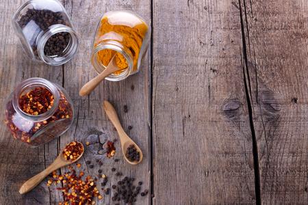 chiles secos: hojuelas de chile, pimienta negro y la cúrcuma