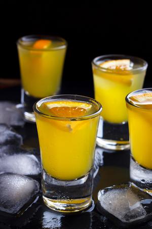 Cocktail con arancia e ghiaccio. Bevanda alcolica e analcolica al bancone del bar del night club.