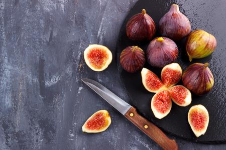 Rijpe fig. Op donkere rustieke achtergrond, selectieve nadruk