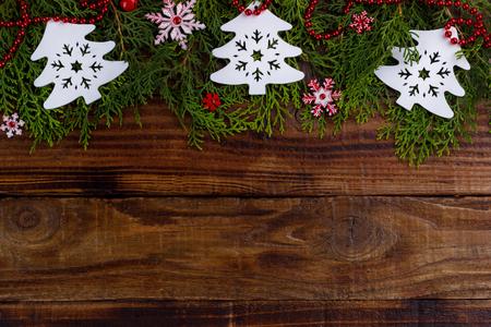 Weihnachten Hintergrund. Tannenzweig mit Dekorationen mit Platz für Text