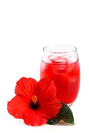 Zimny, orzeźwiający hibiskus mrożony w szklance z czerwonym kwiatem Zdjęcie Seryjne
