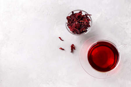 Healthy hibiscus tea in transparent cup on grey stone table top copy space 版權商用圖片