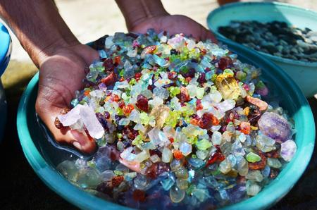 Extracción de piedras preciosas por mano humana, rubíes, esmeraldas, diamantes.
