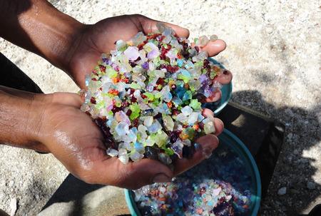 Extração de pedras preciosas por mão humana, rubis, esmeraldas, diamantes. Foto de archivo
