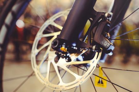 機械的なディスクの結婚とマウンテンバイクの前輪。クローズアップでマウンテンバイクブレーキの一部。