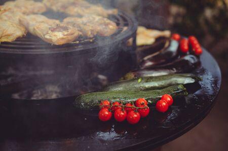 厨师在烤架上烹饪肉。金黄肋骨牛排和鸡用烤蔬菜,可口食物。