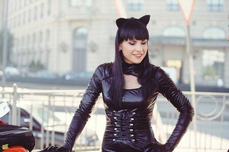 Costume d'un beau jeune mannequin portant un costume de chat.