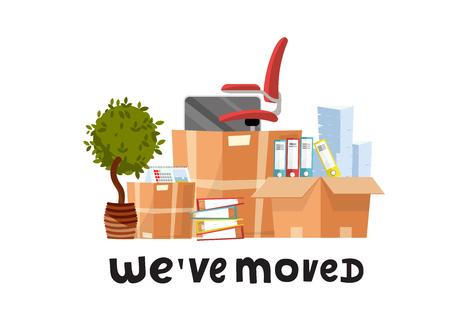 Nos hemos movido - cotización de letras dibujadas a mano. Un montón de cajas de cartón abiertas con suministros de oficina - carpetas, documentos, monitor, silla roja sobre ruedas, planta en maceta. Vector de dibujos animados plano en fondo blanco Ilustración de vector