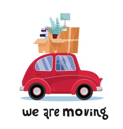 Stiamo spostando il concetto di iscrizione. Piccola automobile rossa con scatole sul tetto con mobili, lampade, libri, piante. Trasloco a casa. Pila di impilati sul veicolo. Illustrazione piatta vettoriale isolato su sfondo bianco