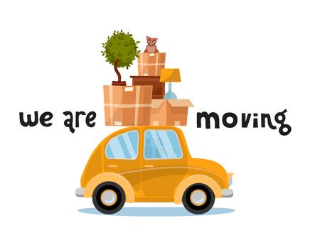 Stiamo spostando il concetto di iscrizione. Piccola macchina gialla con scatole sul tetto con mobili, lampada, gatto, pianta. Trasloco a casa. Mucchio di roba sul veicolo. Illustrazione piatta vettoriale isolato su sfondo bianco Vettoriali