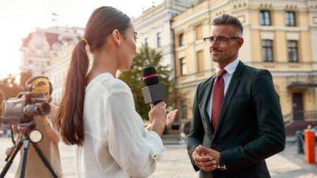 Buscar la verdad. Periodista entrevista a político. Industria del periodismo, concepto de transmisión en vivo.