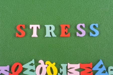 bulling: STRESS palabra sobre fondo verde compuesto de alfabeto colorido abc alfabeto letras de madera, copia espacio para el texto del anuncio. Aprendiendo el concepto inglés. Foto de archivo
